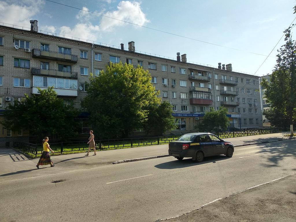 """Магазин """"Калинка"""", жилой дом, машина, дорога, люди, деревья"""