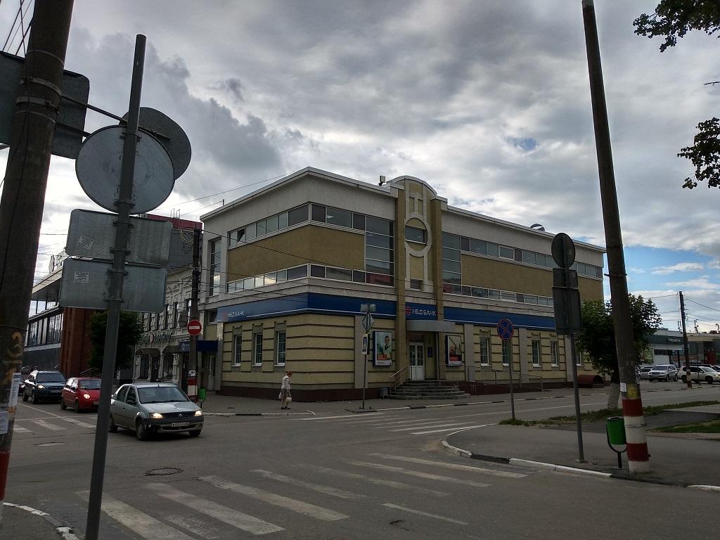Банк НБД, здание, филиал НБД Банка, дорога, зебра, переход, машина, дорожный знак, небо